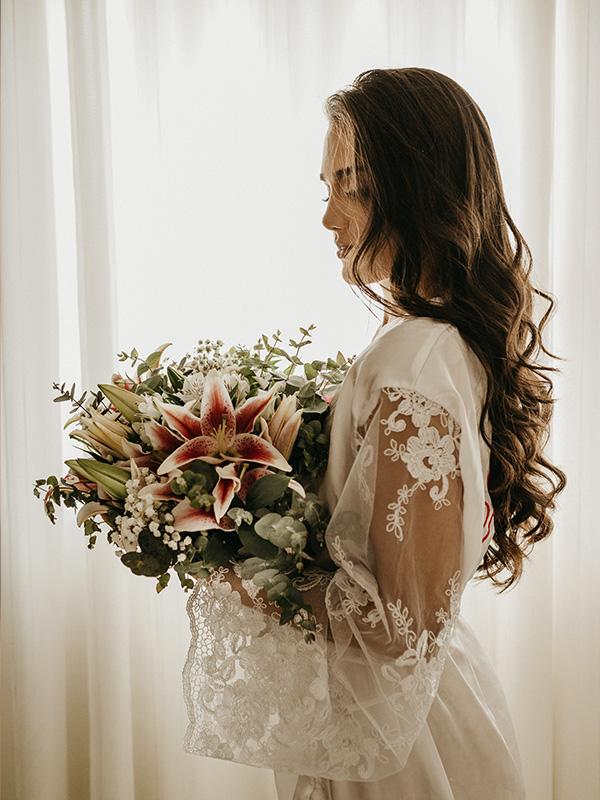 Eine Braut vor einem Vorhang