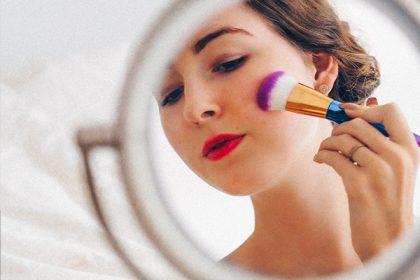 Eine Frau sieht sich selbst im Spiegel